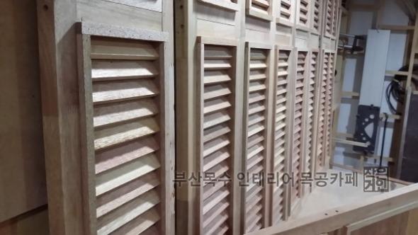 부산목수의 인테리어 소품활용 목폴딩도어 목공작업