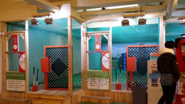 실내야구장 인테리어는 그 옛날의 실외 공터야구장 그대로 실내로 옮겨놓은 모습이다.