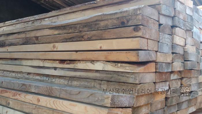 부산목수 작은거인의 해운대 목공작업장에서 말리고있는 목재